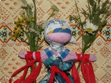 """Кукла """"Купавка"""" - народная обрядовая кукла одного дня. Делали ее в праздник Ивана купалы, 7 июля. Завязывая ленточки на руках куклы, девушки загадывали желания или просили унести все неудачи с собой . В ночь на Ивана Купалы эти куклы , как и венки опускали на воду текущей реки. И куклы уплывали. А с ними и все горести, неудачи. На конкурс представлены две кулы """"Купавка"""", совместная работа моя и дочери Марии.   фото 9"""