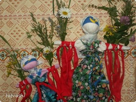 """Кукла """"Купавка"""" - народная обрядовая кукла одного дня. Делали ее в праздник Ивана купалы, 7 июля. Завязывая ленточки на руках куклы, девушки загадывали желания или просили унести все неудачи с собой . В ночь на Ивана Купалы эти куклы , как и венки опускали на воду текущей реки. И куклы уплывали. А с ними и все горести, неудачи. На конкурс представлены две кулы """"Купавка"""", совместная работа моя и дочери Марии.   фото 10"""
