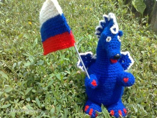 Здравствуйте! Меня зовут дракоша - Бесик. Я живу в России и моё имя обозначает три цвета Российского флага: БЕлый, СИний, Красный. фото 1