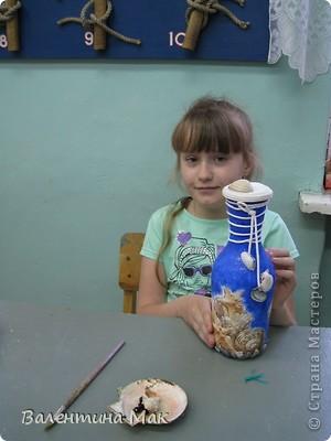 Бутылку в технике декупаж Полина выполнила в творческом объединении , а по стечению обстоятельств занятия проводились в кабинете судомоделирования, вот и использовали для фотосессии их коллекционные экземпляры (морскую звезду и коралл) фото 2
