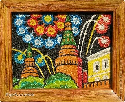 День города москвичи отмечают в первую субботу сентября, а в этом году он выпал на 1 сентября! Так что у нас будет двойной праздник. Как коренные москвичи мы с моей старшей дочкой Машей не смогли пройти мимо этого дня и решили поздравить нашу Москву с Днем рождения вот такой поделкой. Сердце Москвы - это Кремль, а на праздник всегда бывает салют, вот Маша и сделала салют в Кремле. За основу мы взяли набор из серии фресок Фантазер, но Маша решила использовать гораздо больше цветов, чем предлагалось в наборе (благо у нас их много осталось от других фресок). Так получилось намного лучше! фото 2