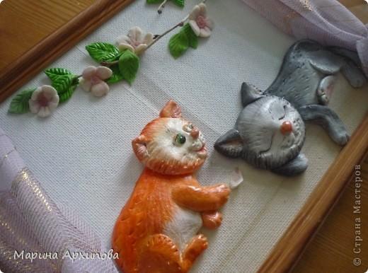Рыжик и Пушок устроились на подоконнике в один из ласковых теплых дней. Кто то спит, а кто то играет упавшим лепестком... фото 5