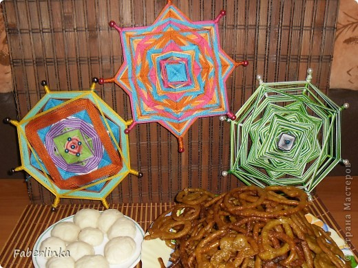 День Индийской культуры (средняя мандала сплетена в основных цветах индийского текстиля: малиновый, бирюзовый и оранжевый)  фото 1