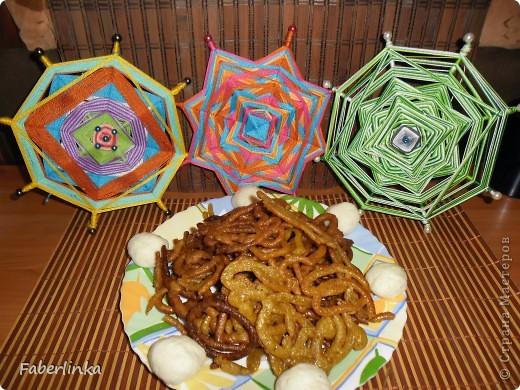 День Индийской культуры (средняя мандала сплетена в основных цветах индийского текстиля: малиновый, бирюзовый и оранжевый)  фото 6