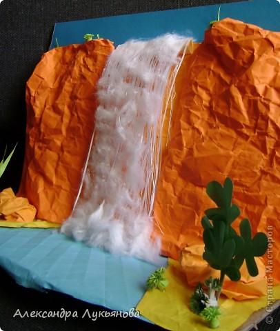 """""""Падающая вода"""" как наиболее величественное явление Природы издавна притягивала человека своей неповторимой красотой. Замечено, что любой водопад своими громоподобными раскатами на многие километры служит ориентиром для птиц во время миграций. Грохот мощного водопада - под стать гулу землетрясения, гулу космической ракеты на взлете. И что самое удивительное - грозный рокот водопада оказывает... успокаивающее воздействие.  Подле водопада путник становится бодрым и свежим. Я долго боялась взяться за эту работу, но все же сделала))) Тема привлекла меня сразу, к тому же 12 сентября день рождения моего дедушки))) фото 4"""