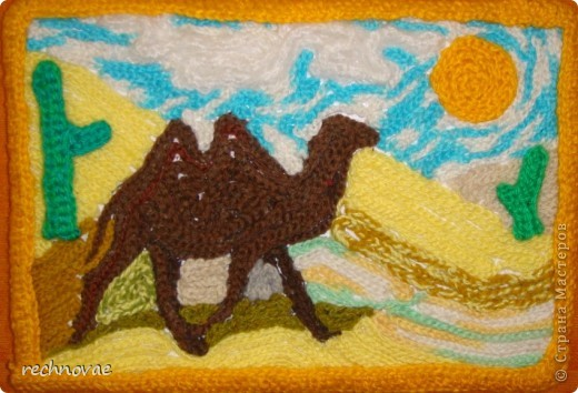 """С помощью обычной цепочки, связанной из акриловых ниток крючком и клея, родился такой """"Корабль пустыни в детскую"""" фото 1"""