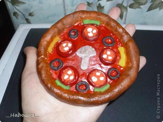 Отмечается День пиццы каждый год с 10 июля 1985 года, когда был учрежден городским Советом по туризму. Ежегодно на празднике съедается около 1,6 миллиона порций. Считается, что пицца была завезена в Бразилию итальянскими иммигрантами в XIX веке, которые и начали открывать в стране первые пиццерии, добавляя в это типичное итальянское блюдо бразильский колорит. фото 3