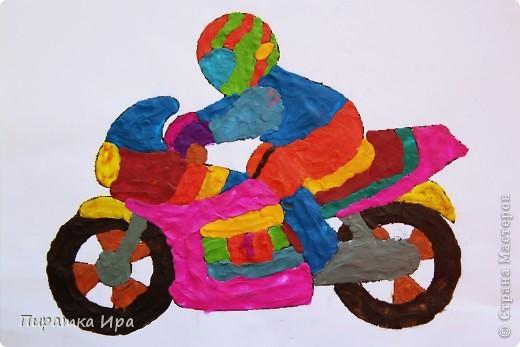 Это мой мотоцикл. Я сделала его в технике аппликации из пластилина. Я очень хотела, чтобы моя работа была яркой. фото 1