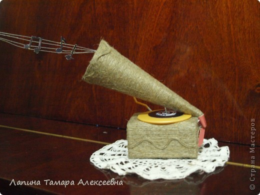 Л. Скотт французский типограф первый построил в 1857 году прибор для записи звуковых колебаний. При разговоре на поверхности цилиндра перед рупором получалась запись звуковых колебаний. Но Скотт не решил обратной задачи - воспроизведения записанных колебаний. А я в своем граммофоне попыталась решить эту проблему вот так. фото 3