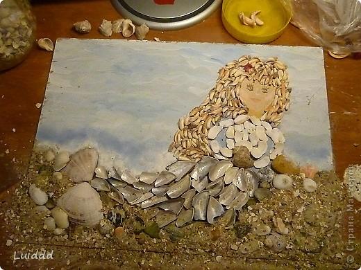 Русалка. Прекрасно море в синей мгле И небо в блестках без лазури; Но верь мне: дева на скале Прекрасней волн, небес и бури. А.С. Пушкин Я очень люблю ездить на море. Каждый год мы привозим домой разные ракушки и камушки. Вот такая Русалочка - жительница моря у меня получилась.   фото 6