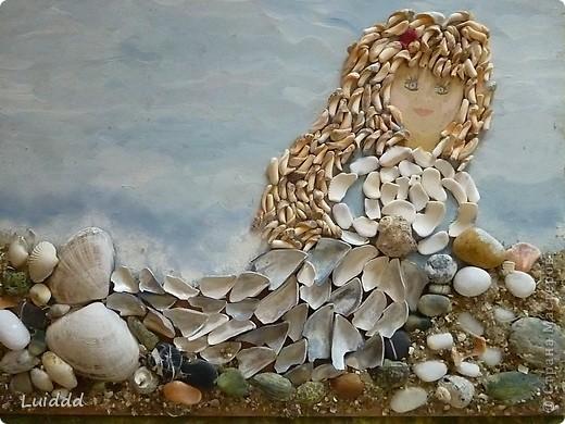 Русалка. Прекрасно море в синей мгле И небо в блестках без лазури; Но верь мне: дева на скале Прекрасней волн, небес и бури. А.С. Пушкин Я очень люблю ездить на море. Каждый год мы привозим домой разные ракушки и камушки. Вот такая Русалочка - жительница моря у меня получилась.   фото 1