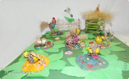 Представьте, что мы с вами на деревенском подворье. Сколько здесь всевозможных животных и птиц! С воспитанниками в коллективной  работе мы  выполнили «Птичий двор»  с цыплятами и их родителями: мама курочка Ряба  и папа Петенька - петушок. фото 1