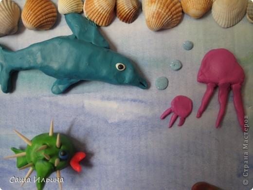 Я рисую море, Голубые дали. Вы такого моря Просто не видали! У меня такая Краска голубая, Что волна любая Просто как живая! Я сижу тихонько Около прибоя - Окунаю кисточку В море голубое.  В.Орлов    фото 5