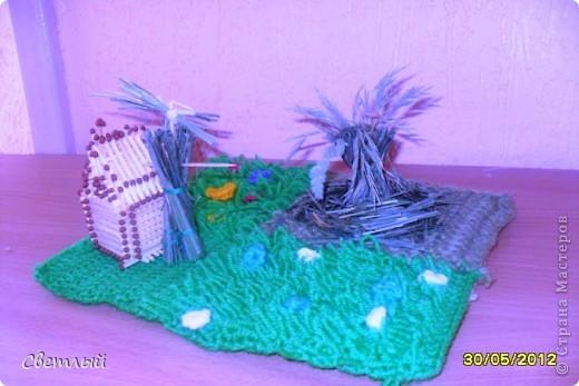 Я сделала небольшую композицию на тему праздника -стог сена, домик и чучело. фото 3