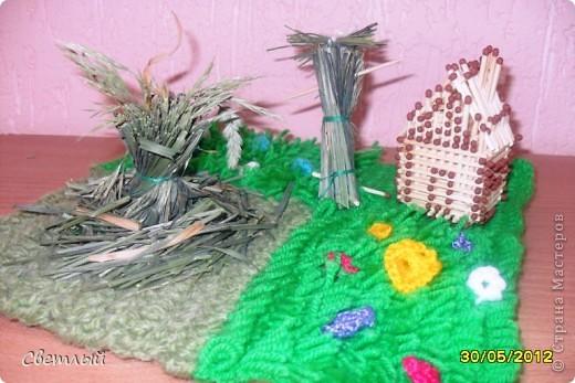 Я сделала небольшую композицию на тему праздника -стог сена, домик и чучело. фото 1