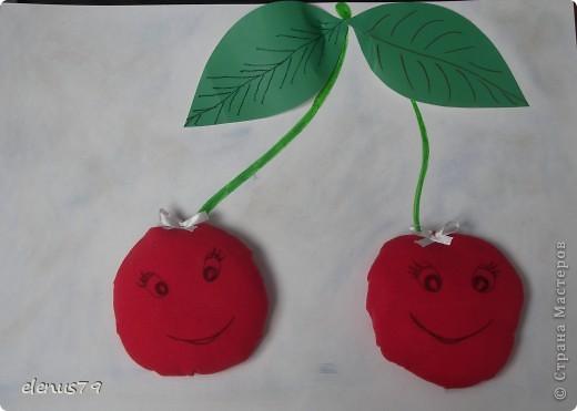 Весёлые подружки - вишни хохотушки В саду на веточке висят. С днём ягодки поздравить всех гостей хотят! фото 1