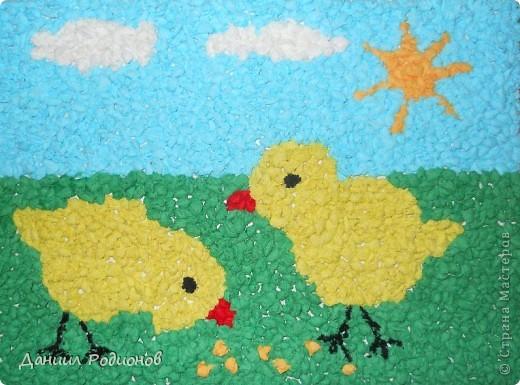 На день бумажной салфетки я сделал мозаику из салфеток. Сначала нарвал салфетки, потом скрутил много-много комочков разного цвета. фото 1