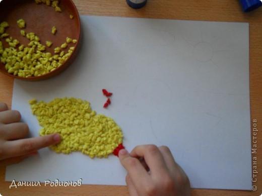 На день бумажной салфетки я сделал мозаику из салфеток. Сначала нарвал салфетки, потом скрутил много-много комочков разного цвета. фото 2