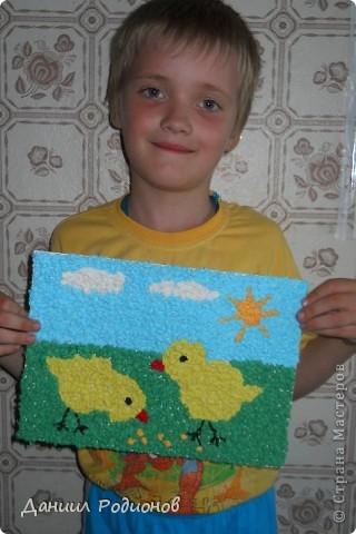 На день бумажной салфетки я сделал мозаику из салфеток. Сначала нарвал салфетки, потом скрутил много-много комочков разного цвета. фото 4