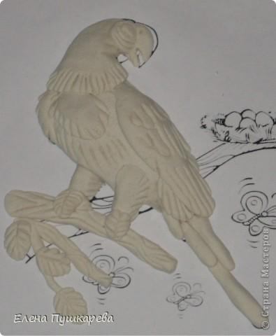 В детстве у меня было два волнистых попугайчика Кеша и Маша. Как-то раз мы с братом взяли поиграть Кешу, и по неосторожности, он у нас улетел. Как сейчас помню, как мы его ловили по всем дворам, на помощь нам тогда пришли родители, соседи, так как он ловко перелетал с одного двора на другой. Это был для нас большой урок. В своей конкурсной работе я изобразила попугая на воле, а попугай Ара выбран не случайно, так как именно о таком попугае я мечтала, большой, красивый, яркий. фото 6
