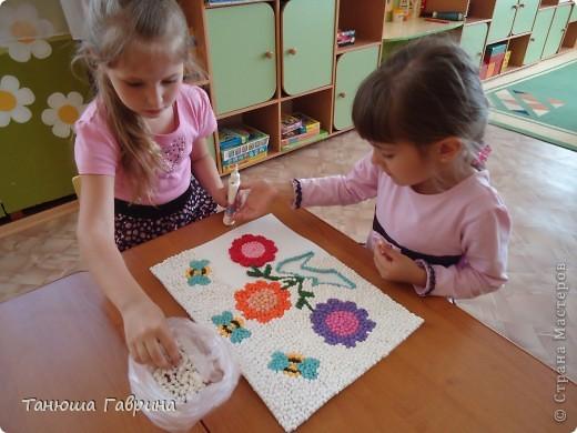 """Детские сады нашей страны носят замечательные имена: """"Аленький цветочек"""", """"Сказка"""", """"Родничок""""... И каждый сад имеет свою эмблему. Наш  называется """"Хрустальный башмачок"""". Воспитатель по изо, Елена Евгеньевна, предложила такую идею: """"В башмачке растут и развиваются наши ребятишки - цветочки, а воспитатели- труженики пчёлки заботятся о них. Мы с детьми моей группы воплотили эту задумку.  фото 4"""