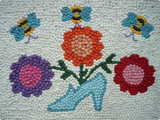 """Детские сады нашей страны носят замечательные имена: """"Аленький цветочек"""", """"Сказка"""", """"Родничок""""... И каждый сад имеет свою эмблему. Наш  называется """"Хрустальный башмачок"""". Воспитатель по изо, Елена Евгеньевна, предложила такую идею: """"В башмачке растут и развиваются наши ребятишки - цветочки, а воспитатели- труженики пчёлки заботятся о них. Мы с детьми моей группы воплотили эту задумку.  фото 1"""