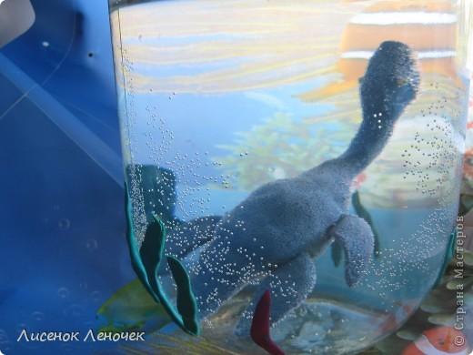 """История открытия динозавров   Первой достоверно документированной находкой останков гигантских пресмыкающихся была огромная челюсть с полным набором зубов, обнаруженная в 1770 г. в карьере в Нидерландах. Великий Жорж Кювье обследовал эту челюсть и в 1795 г. объявил, что она принадлежала какому-то громадному морскому ящеру. Еще через несколько лет преподобный Уильям Конибер, знаток морских животных, назвал обнаруженное существо мозазавром - """"ящером из Мооза"""" (по названию местечка, где были обнаружены кости).   Прошло более полувека, и в 1858 г. в Нью-Джерси, в США, были найдены кости, и в том числе почти полный скелет, другого гигантского пресмыкающегося. Эти находки изучил Джозеф Лиди, профессор анатомии. Он обратил внимание на то, что передние конечности обнаруженного ящера были значительно короче задних, и сделал вывод, что эти ископаемые животные должны были передвигаться на задних ногах, подобно современным кенгуру. Это суждение помогло в дальнейшем установить облик таких бипедальных (т.е. передвигающихся на двух ногах) ящеров, как игуанодоны, мегалозавры, тираннозавры и другие. Останки же, обнаруженные в 1858 г., как считается сейчас, принадлежали гадрозавру, одному из утконосых динозавров. Само же слово динозавры появилось примерно в 1841 г. Это название было предложено палеонтологом Ричардом Оуэном, сумевшим понять, что такие создания, как мегалозавр, игуанодон, а также открытый незадолго до этого гулеозавр, столь сильно отличались от современных пресмыкающихся, что их следовало выделить в отдельную группу. Оуэн определил эту группу как подотряд, который и назвал подотрядом динозавров. В дальнейшем представления о классификации пресмыкающихся изменились, и ныне гигантские древние рептилии уже не считаются единой систематической группой. Но тем не менее приобретшее широкую популярность слово """"динозавры"""" и сегодня служит для обобщенного названия этих необыкновенных животных. фото 7"""
