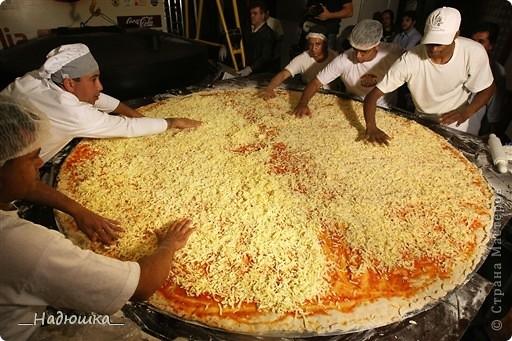Отмечается День пиццы каждый год с 10 июля 1985 года, когда был учрежден городским Советом по туризму. Ежегодно на празднике съедается около 1,6 миллиона порций. Считается, что пицца была завезена в Бразилию итальянскими иммигрантами в XIX веке, которые и начали открывать в стране первые пиццерии, добавляя в это типичное итальянское блюдо бразильский колорит. фото 6