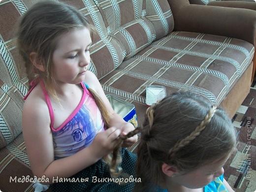 Вот так Лиза нарисовала парикмахера за работой. Перед этим как раз побывала в парикмахерской и ей самой делали прическу на выпускной в детском саду.  Марина на рисунок приклеила, вырезанные из журнала фото девушек. Получился такой вот коллаж. фото 2