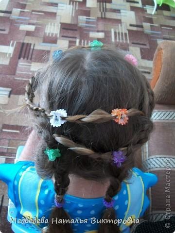 Вот так Лиза нарисовала парикмахера за работой. Перед этим как раз побывала в парикмахерской и ей самой делали прическу на выпускной в детском саду.  Марина на рисунок приклеила, вырезанные из журнала фото девушек. Получился такой вот коллаж. фото 4
