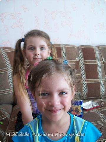 Вот так Лиза нарисовала парикмахера за работой. Перед этим как раз побывала в парикмахерской и ей самой делали прическу на выпускной в детском саду.  Марина на рисунок приклеила, вырезанные из журнала фото девушек. Получился такой вот коллаж. фото 5