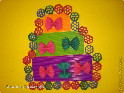 """Трехярустный праздничный тортик, созданный моей воспитанницей Викой из разноцветных макарон занял достойное место на нашей выставке """"Макаронная фантазия"""" фото 1"""