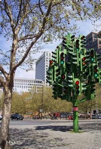 Мы, люди 21 века, уже настолько привыкли к удобствам и комфорту, что часто не задумываемся о том, сколько историй связано с тем или иным изобретение. Так, вполне привычная для нас вещь – светофор – имеет более чем 100-летнюю историю своего создания. Прототип современного светофора, оказывается, был изобретен еще задолго до появления первого автомобиля  и был установлен 10 декабря 1868 г у Британского Парламента в Лондоне. Его изобретатель, J. P. Knight,  был специалист по семафорам железных дорог, поэтому и первый светофор тоже очень напоминал семафор и управлялся вручную. Когда наступала темнота, то использовали подсвеченные красным и зеленым газовые фонари. Но, к сожалению, 2 января 1869 г. газовый фонарь светофора взорвался и полицейский, который управлял светофором, получил ранение, а позже скончался в больнице. Вследствие таких событий британские полицейские наотрез отказались дежурить у светофоров.  фото 5