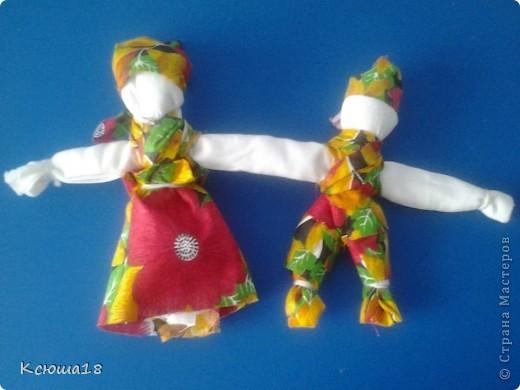 Куклы - неразлучники. У этих символичный кукол неразлучников одна общая рука, чтобы муж и жена шли по жизни рука об руку, были вместе и в беде и в радости. Куклы эти – обереговые, их подвешивали под дужкой упряжи во главе свадебного поезда, везущего молодую пару в дом жениха после венчания (отсюда идет подзабытая традиция сажать на капот свадебной машины кукол). А после свадьбы они хранились дома, как оберег любви и верности. фото 1