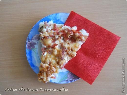 Пи́цца - итальянское национальное блюдо в виде круглой открытой лепешки, покрытой в классическом варианте томатами и расплавленным сыром . Прототипы пиццы существовали ещё у древних греков и римлян, как подача на стол некоторых кушаний на ломтях хлеба. В связи с ввозом помидоров в Европу в 1522 году в Неаполе появился прообраз итальянской пиццы.  фото 1