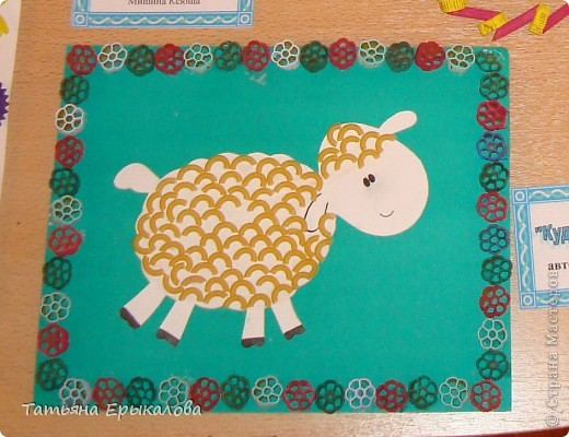 Для создания вот таких веселых овечек мы использовали макароны друх видов окрашенные (для рамочки) и неокрашенные для кудрявой шерсти. фото 1