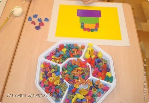 """Трехярустный праздничный тортик, созданный моей воспитанницей Викой из разноцветных макарон занял достойное место на нашей выставке """"Макаронная фантазия"""" фото 2"""