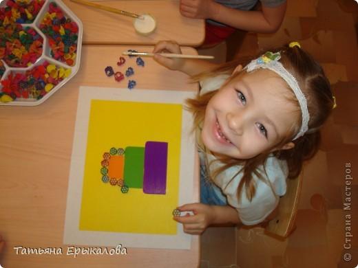 """Трехярустный праздничный тортик, созданный моей воспитанницей Викой из разноцветных макарон занял достойное место на нашей выставке """"Макаронная фантазия"""" фото 3"""