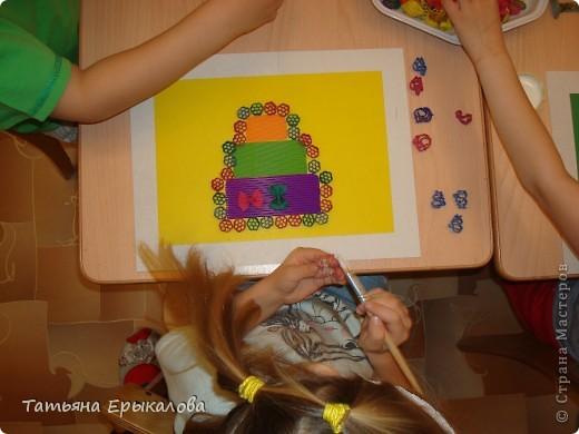 """Трехярустный праздничный тортик, созданный моей воспитанницей Викой из разноцветных макарон занял достойное место на нашей выставке """"Макаронная фантазия"""" фото 4"""