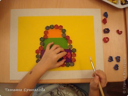 """Трехярустный праздничный тортик, созданный моей воспитанницей Викой из разноцветных макарон занял достойное место на нашей выставке """"Макаронная фантазия"""" фото 5"""