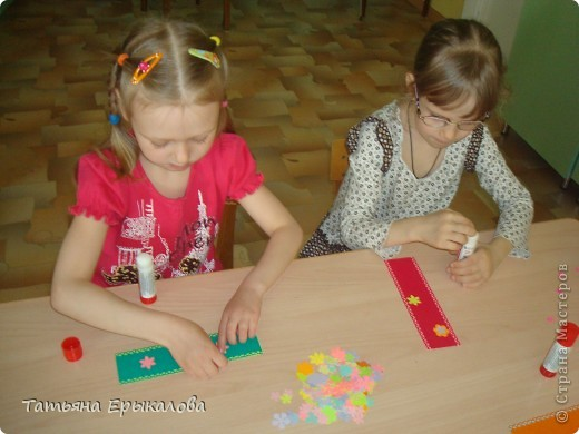 Вот такие разноцветные цветочные закладки мы с ребятами делали в подарок своим друзьям! фото 6