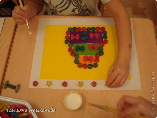 """Трехярустный праздничный тортик, созданный моей воспитанницей Викой из разноцветных макарон занял достойное место на нашей выставке """"Макаронная фантазия"""" фото 6"""