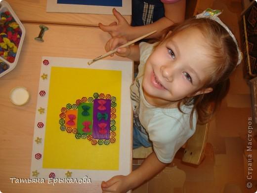 """Трехярустный праздничный тортик, созданный моей воспитанницей Викой из разноцветных макарон занял достойное место на нашей выставке """"Макаронная фантазия"""" фото 7"""