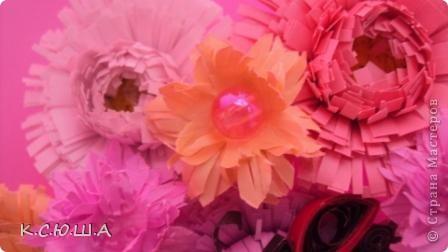 Здравствуйте дорогие жители Страны Мастеров! Мне выпало задание «День астр». Я очень рада, что он мне достался, ведь это мои самые любимые цветы!  Астра это королева осеннего цветника, она достаточно неприхотлива и привлекает своим продолжительным цветением. Ее осенние краски не могут оставить ни кого равнодушным. Величайшее разнообразие цветов и оттенков, форм и размеров у этих замечательных цветов.  Вот такие астрочки у меня получились!  А крупные яркие астры  В осенней сухой тишине  Так пестры и разномастны,  Что видимы и при луне. фото 2