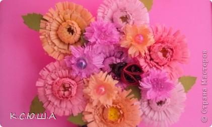 Здравствуйте дорогие жители Страны Мастеров! Мне выпало задание «День астр». Я очень рада, что он мне достался, ведь это мои самые любимые цветы!  Астра это королева осеннего цветника, она достаточно неприхотлива и привлекает своим продолжительным цветением. Ее осенние краски не могут оставить ни кого равнодушным. Величайшее разнообразие цветов и оттенков, форм и размеров у этих замечательных цветов.  Вот такие астрочки у меня получились!  А крупные яркие астры  В осенней сухой тишине  Так пестры и разномастны,  Что видимы и при луне. фото 1
