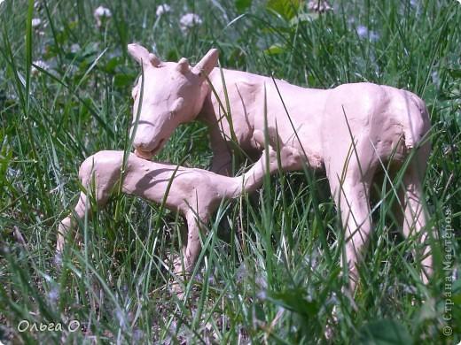 Настя сделала олениху и олененка из пластилина с использованием каркаса из проволоки. фото 1