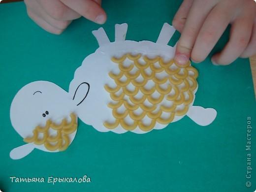 Для создания вот таких веселых овечек мы использовали макароны друх видов окрашенные (для рамочки) и неокрашенные для кудрявой шерсти. фото 7