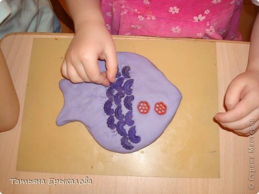 """Вот такая рыбка получается из окрашенного соленого теста и макаронных изделий """"гребешков"""" при умелом сочетании цветов. фото 3"""