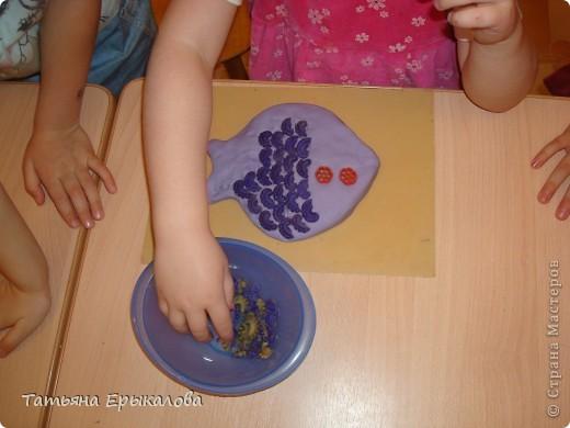 """Вот такая рыбка получается из окрашенного соленого теста и макаронных изделий """"гребешков"""" при умелом сочетании цветов. фото 4"""