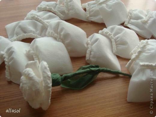 В своей работе я соединила две известные розы из салфеток. фото 6